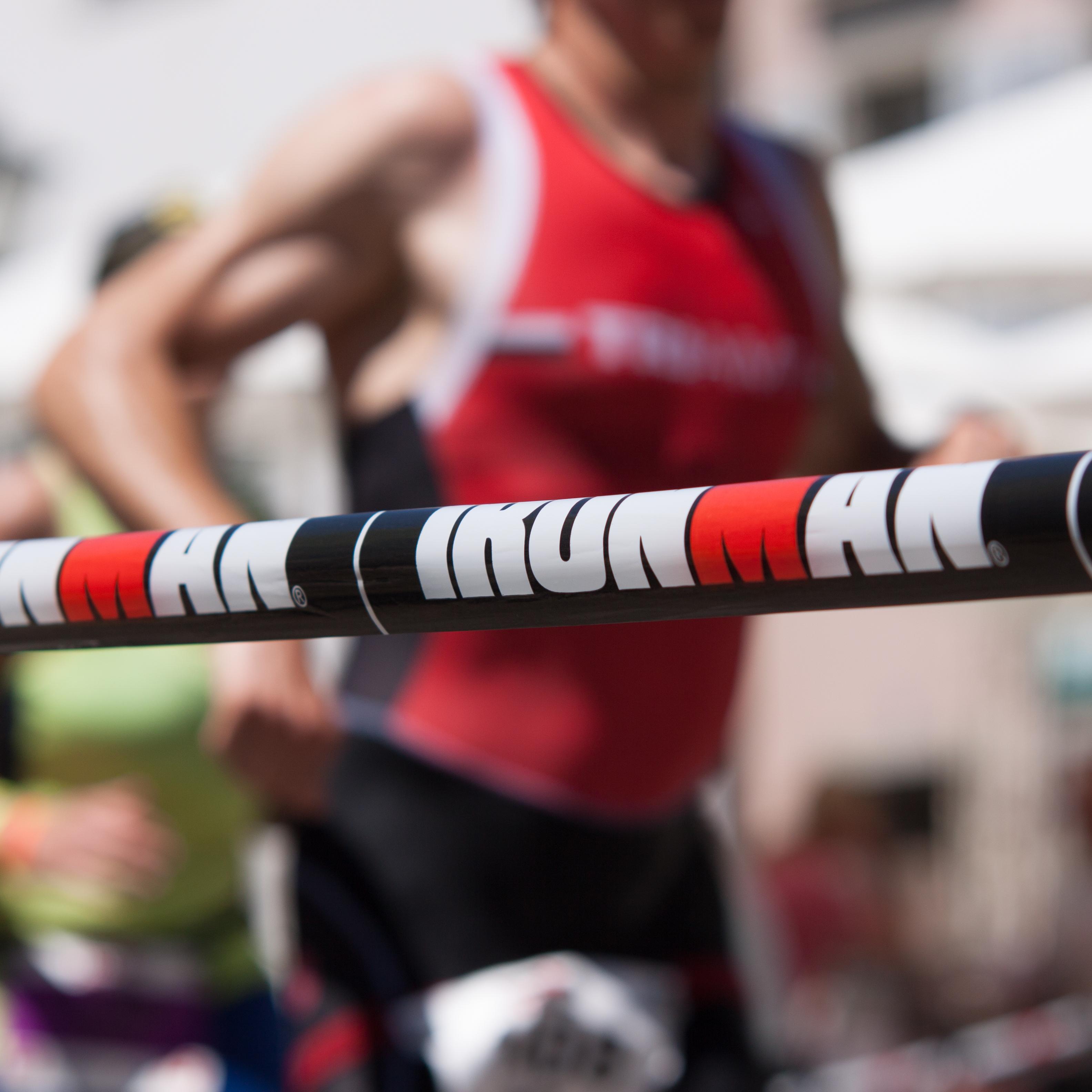 Ironman-Szene mit Läufer im Hintergrund
