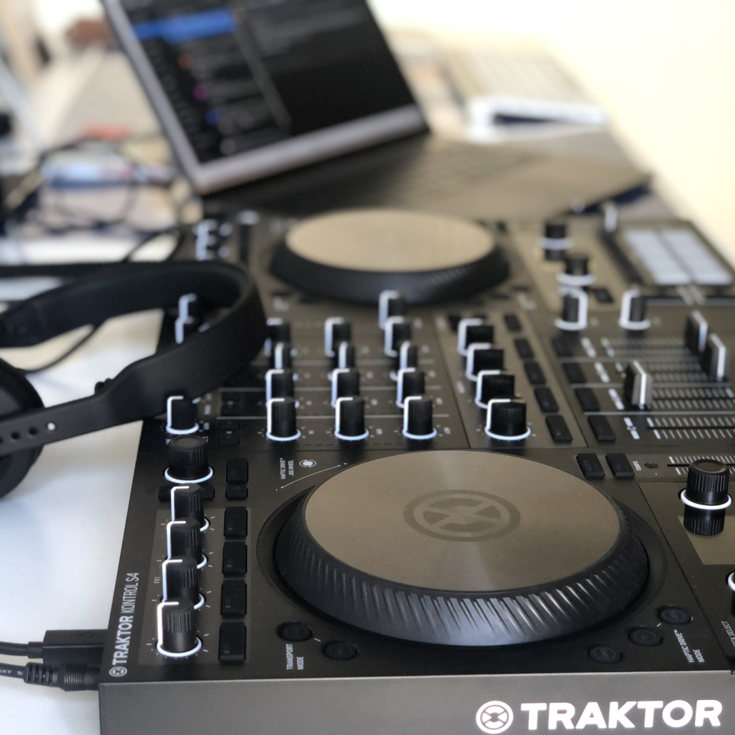 DJ-Turntables mit Laptop im Hintergrund