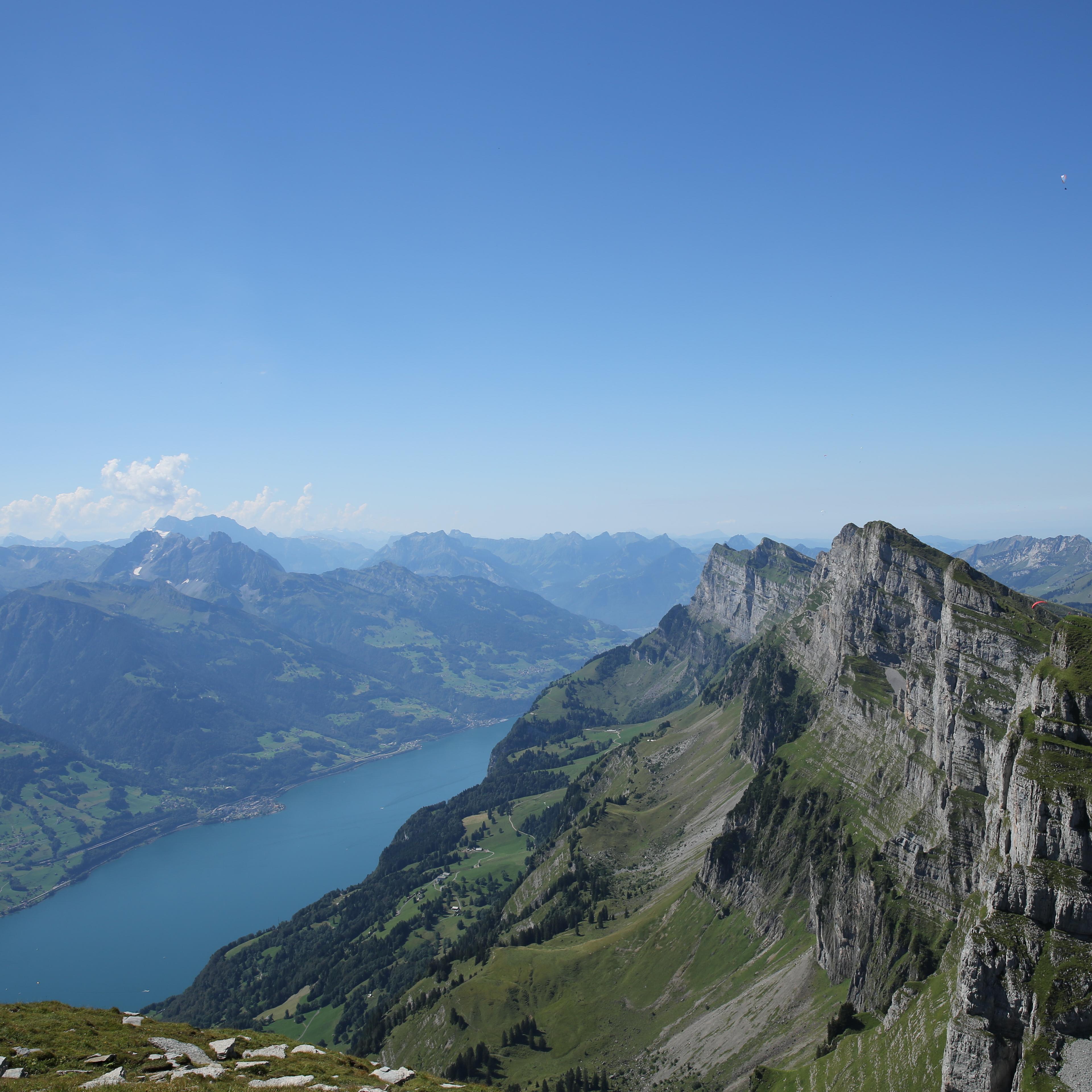 Ein Bergpanorama der Churfirsten mit dem Walensee