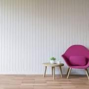 Stuhl mit kleinem Tisch in einem sonst leeren Raum